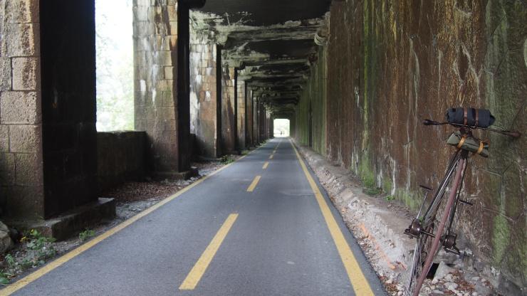 Tunnel mit Ausblick
