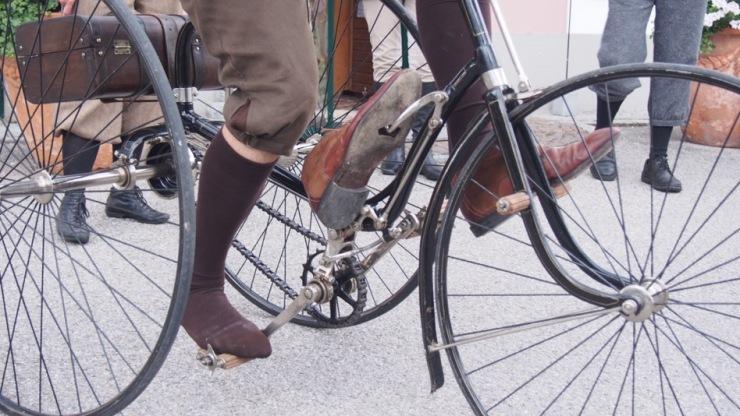 Juliens Schuh hängt an Konrads Bremse fest...